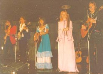 New Seekers on stage during the 1973 UK Tour. Pictured Left to right: Paul Layton, Marty Kristian, Eve Graham, Lyn Paul and Peter Doyle
